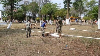 Militares realizan limpieza de plaza