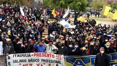 Docentes anuncian movilización masiva para exigir el reajuste salarial del 16%