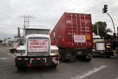 Transportitas de carga inician una huelga indefinida en Panamá