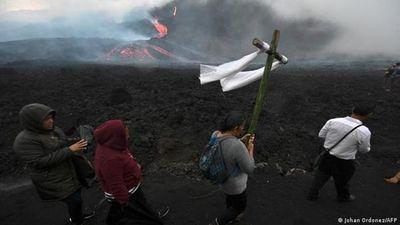 Volcán de Fuego en Guatemala entra en erupción