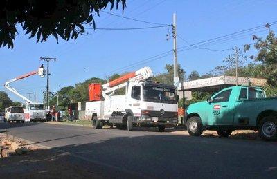 ANDE realiza mantenimiento a líneas de media tensión en barrios de Luque