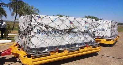 La Nación / Llegaron 107.000 dosis de la Sputnik V y 316.800 de AstraZeneca