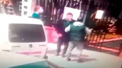 Tras un cruce en un grupo de WhatsApp, un hombre fue atacado por otro padre y perdió un ojo