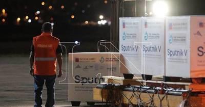 """La Nación / Carga de Sputnik con """"luz verde"""": reanudarían aplicación de la vacuna rusa"""