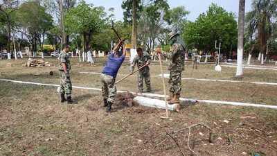 Militares limpian una plaza en Concepción