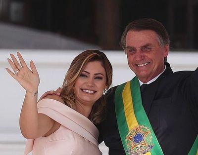 La esposa de Bolsonaro se vacunó en EEUU y los brasileros demostraron indignación