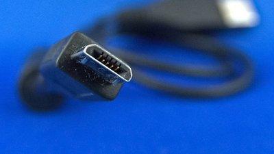 Unión Europea propone unificar los cables de carga de dispositivos móviles