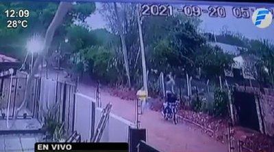 Arrojó su cartera a patio ajeno para evitar asalto pero ladrón trepó muralla y la recuperó