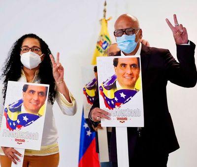 Delegación chavista llegó a la mesa de diálogo en México con carteles que exigen la liberación del testaferro de Maduro, pr
