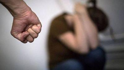 Detienen a hombre por golpear con una escoba a su pareja en Limpio