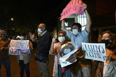 """Vecinos protestan contra bar """"Budapest"""" por polución sonora"""