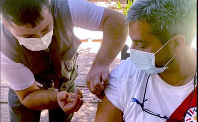 El presidente Mario Abdo, recibió este domingo su primera dosis de la vacuna contra el Covid-19