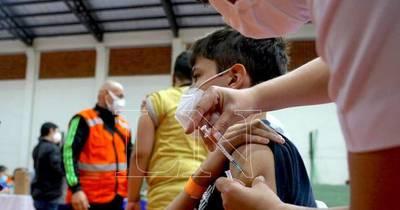 La Nación / Salud confirma que se vacunará a chicos de 12 a 18 años antes de culminar el 2021