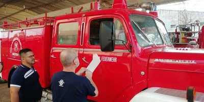 Bomberos reciben restaurado carrobomba