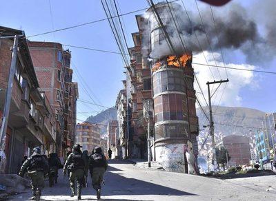Un edificio en llamas y varios heridos deja el conflicto cocalero en Bolivia