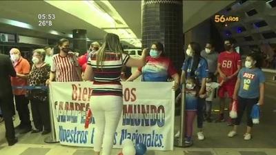 Paraguayos campeones mundiales de Padel de vuelta a casa