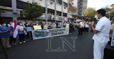 La Nación / Médicos inician huelga y piden que se les pague a todos el mismo piso salarial