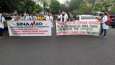 Más de 3.000 médios están en huelga exigiendo equiparación salarial