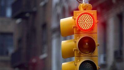 Motociclista muere tras chocar a vehículo que habría cruzado en rojo