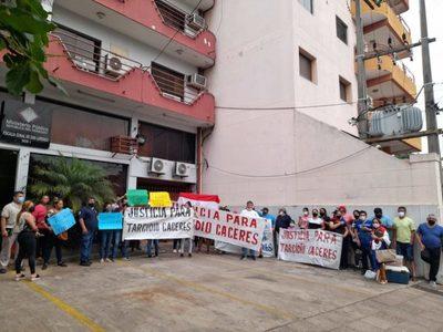 Vecinos y familiares de Tarcidio se manifiestan frente a la fiscalía de San Lorenzo