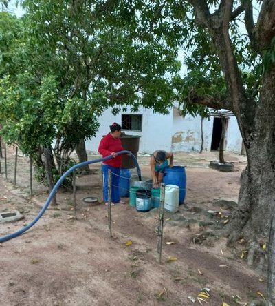 Distribuyen agua a comunidades afectadas por sequía desde acueducto en el Chaco