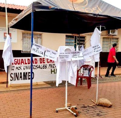 """Médicos del Alto Paraná """"cuelgan las batas"""" y se unen a huelga nacional"""