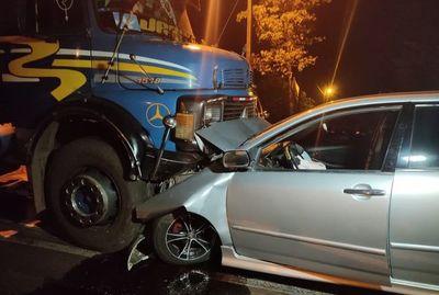 Ocupantes de vehículo causan accidente y luego huyen del sitio