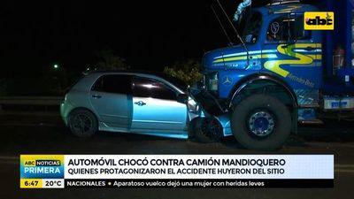 Automóvil chocó contra camión mandioquero y ocupantes huyen