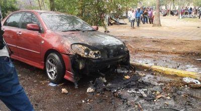 Contra ley que castiga invasiones, queman autos y motos en zona del Congreso