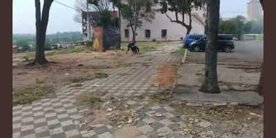 Agreden a periodista al intentar salvar su vehículo que manifestantes