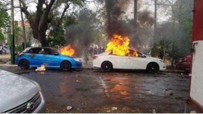 Incidentes en los alrededores del Congreso: Incendian vehículos y reventaron a un funcionario
