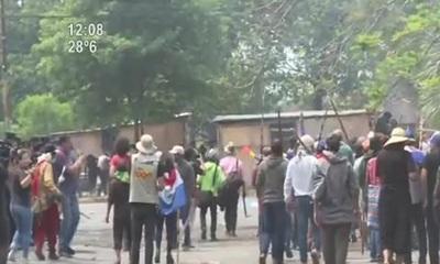Batalla campal entre manifestantes y policías frente al Congreso