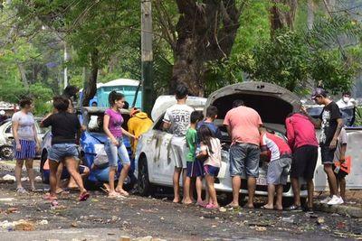 Policías permitieron saqueos de autos por temor a más violencia, alegan