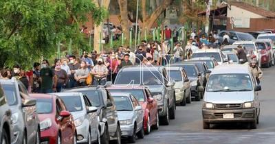 La Nación / Extensa fila de vehículos para segunda dosis en Villa Elisa y Asunción