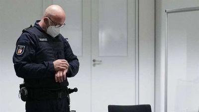 Una exsecretaria de campo de concentración nazi, de 96 años, huye cuando comienza su juicio en Alemania