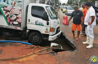 """Caño roto de la Essap casi """"traga"""" un camión y deja sin agua a usuarios en Luque •"""