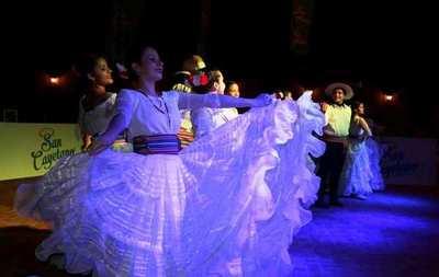 Emotivo final del intercolegial cultural municipal en Luque •