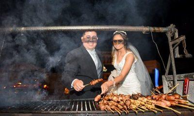 ¡Recién casados salieron de la Iglesia y fueron a comer asadito en la calle!