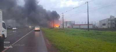 Incendio consume en su totalidad fábrica de plásticos en Hernandarias