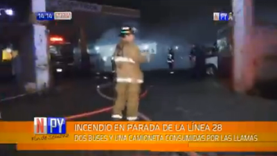 Incendio consume tres buses de la Línea 28