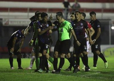 Con la sanción de un polémico penal, River obtiene un empate ante Guaireña