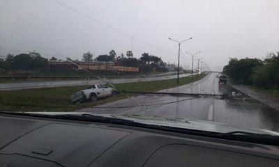 Conductor abandona vehículo tras accidente