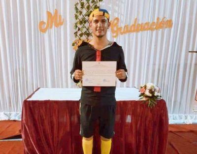 Quico, el vendedor de pelotas de Quiindy, se gradúa de docente