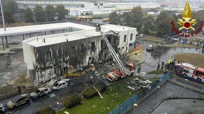 Un avión privado se estrelló contra un edificio cerca de Milán: murieron ocho personas