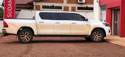 Paraguayos se ingenian y arman camioneta de 6 puertas