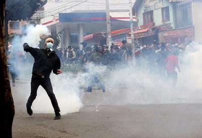 Cocaleros bolivianos retoman su sede tras hacer retroceder a la Policía