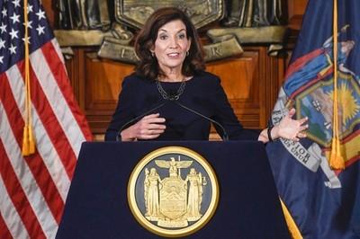 La gobernadora de Nueva York enloquece: ordenó despedir a todos los médicos y profesores que no estén vacunados
