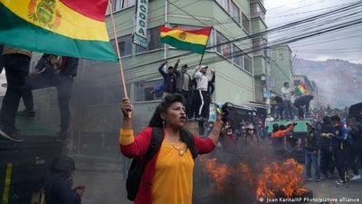 Cocaleros bolivianos retoman sede tras choques con la Policía