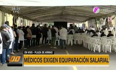 Médicos exigen equiparación salarial