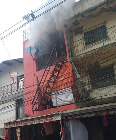 Local comercial se incendia en el microcentro de CDE